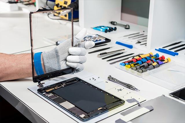Tecnico specializzato per riparazioni rapide di cellulari e tablet